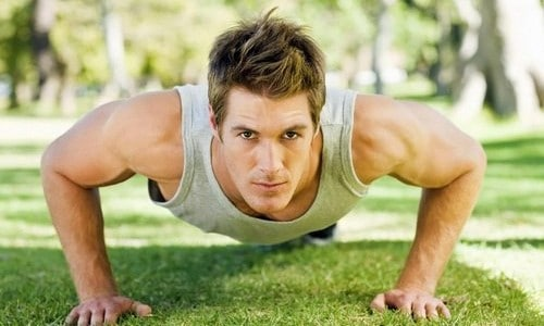 Мужчина в отличной спортивной форме