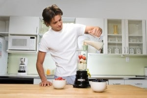 Мужчина готовит милкшейк