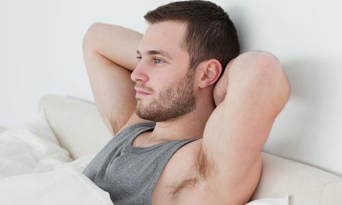 Мужчина в постели