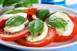 Блюдо с базиликом